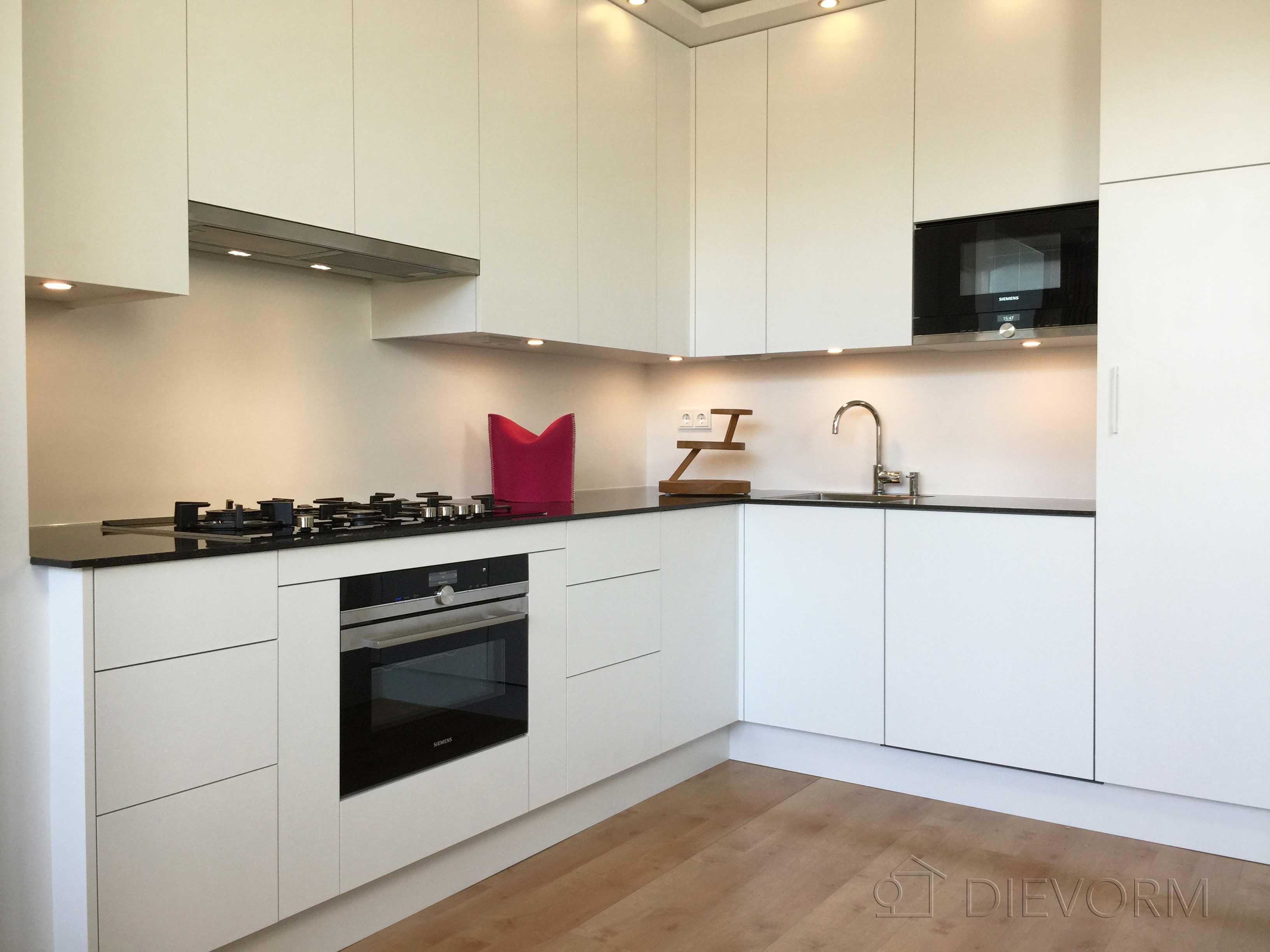 L Vormige Keuken : L vormige keuken zonder bovenkastjes: pallas greeploos een van de