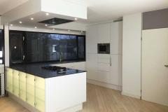 Keuken met verlicht kookeiland