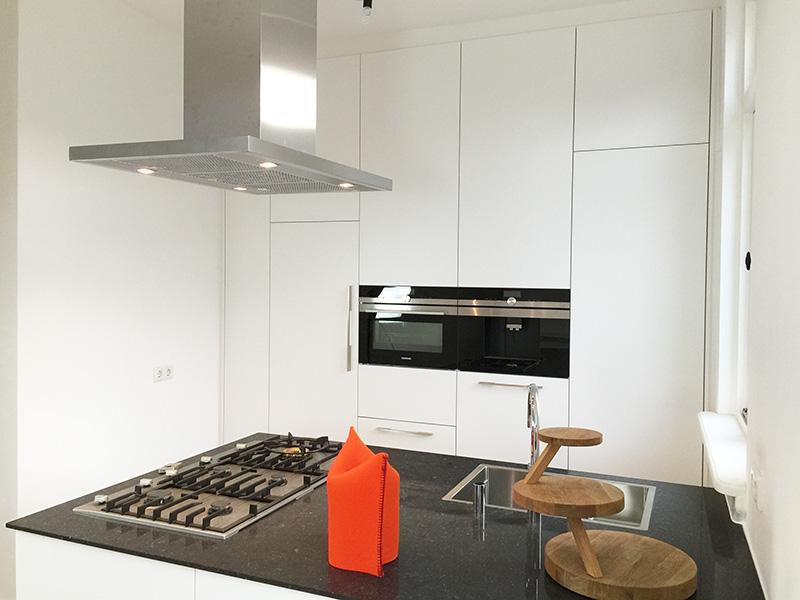 Witte keuken met schiereiland